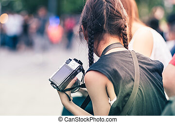 uso, cultura, lei, mirrorless, macchina fotografica, mano., fuoco, selettivo, asiatico, mamma, ragazza, pubblico, park.