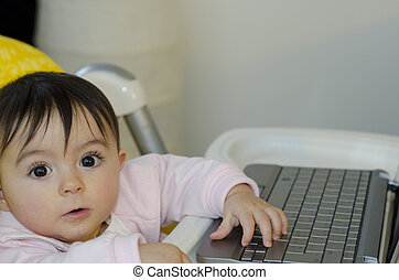 uso, dela, 1, netbook, ano, menina bebê, tentando