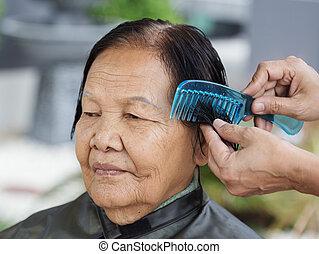uso, mujer, mano, pelo, aliño, 3º edad, peine