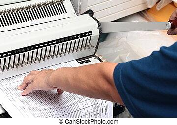 uso, utilizado, engranaje, derecho, paper., mano, papel, empujón, el suyo, perforado, prensa taladro, palanca, su, izquierda