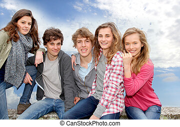 utanför, grupp, teenagers, sittande