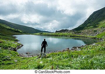 utazó, képben látható, a, tengerpart, közül, egy, hegy tó