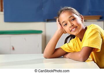 utbilda flicka, koppla av, hos, klassrum, skrivbord