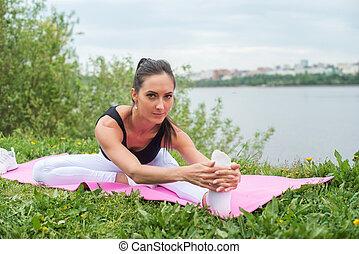 utbildning, kvinna, henne, atletisk, genomkörare, sträckande, Knäsena, utanför, strand,  fitness, ben, Övning, för