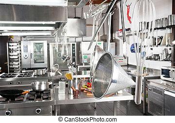 utensílios, penduradas, em, cozinha comercial