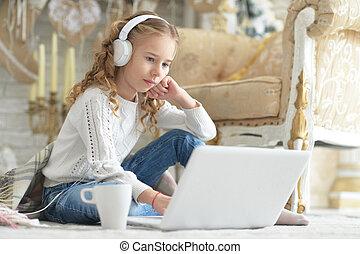 utilisation, adolescent, écouteurs, ordinateur portable, girl