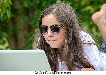 utilisation, adolescent, ordinateur portable, jardin, girl
