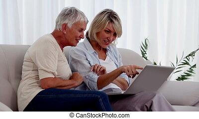 utilisation, amis, ordinateur portable, deux