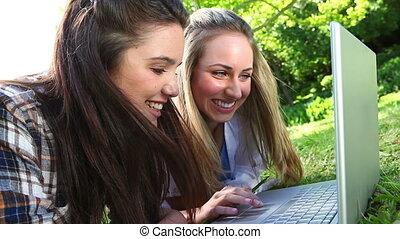 utilisation, amis, sourire, ordinateur portable