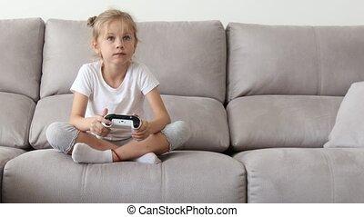 utilisation, blonds, jouer, console, girl, games., heureux, manche balai, controller., jeu, vidéo