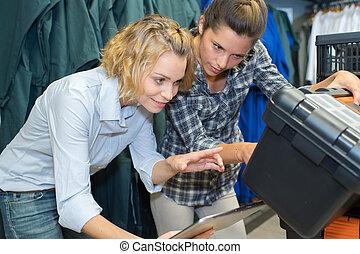 utilisation, boîte outils, ingénieur, deux femmes