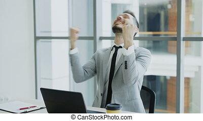 utilisation, bureau, assied, heureux, message, jeune, bon, informatique, devenir, ordinateur portable, très, excité, moderne, homme affaires, réception