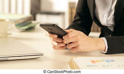 utilisation, cadre, mains, bureau, intelligent, téléphone