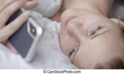 utilisation, cellphone, femme, lit