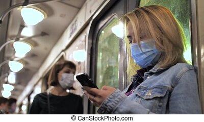 utilisation, cellphone, femme, masqué, métro, souterrain
