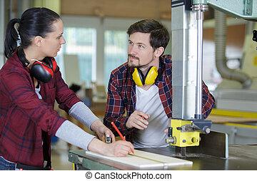 utilisation, charpenterie, machinerie, femme, apprenti