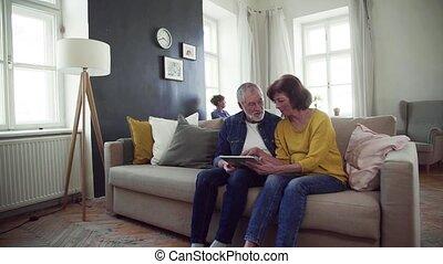 utilisation, club., communauté, tablette, couple, lent, centre, motion., personne agee