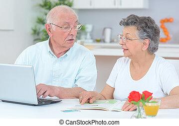 utilisation, couple, informatique, personnes agées