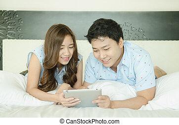utilisation, couple, lit, tablette