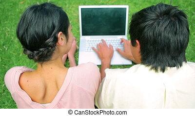 utilisation, couple, ordinateur portable, heureux