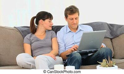 utilisation, couple, ordinateur portable, jeune