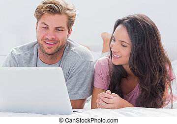 utilisation, couple, ordinateur portable, lit