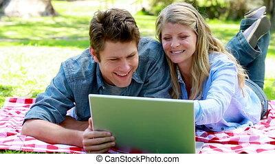 utilisation, couple, ordinateur portable, plancher