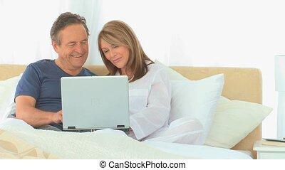 utilisation, couple, retiré, ordinateur portable