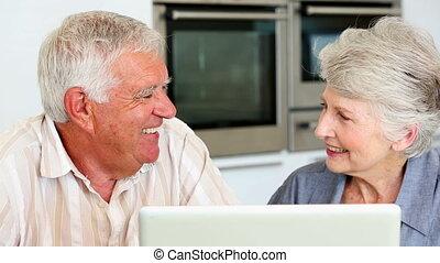utilisation, couples aînés, ordinateur portable, ensemble