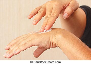 utilisation, crème hydratante, mains, femme, peau