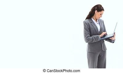 utilisation, debout, ordinateur portable, femme affaires