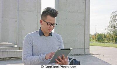 utilisation, dehors, jeune, tablette, homme