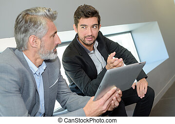 utilisation, discuter, mûrir, projets, tablette, numérique, hommes affaires