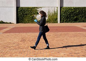 utilisation, elle, caucasien, marche, gants protecteurs, rues, téléphone, porter, femme, masque