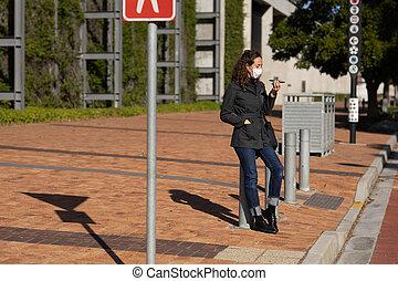 utilisation, elle, caucasien, protecteur, rues, téléphone, porter, femme, dehors, masque
