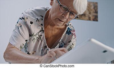 utilisation, eyegalsses, tabet., bas, gris, femme, prise vue angle, vieux, chevelure
