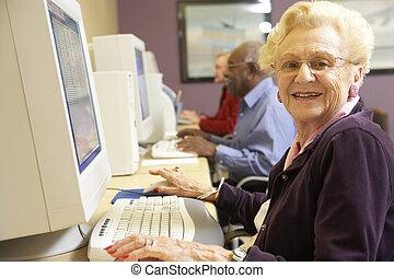 utilisation, femme aînée, informatique