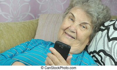 utilisation, femme aînée, smartphone