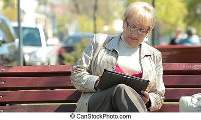 utilisation, femme aînée, tablette, numérique