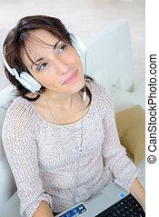 utilisation, femme, casque à écouteurs