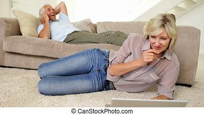 utilisation, femme, ordinateur portable, associé