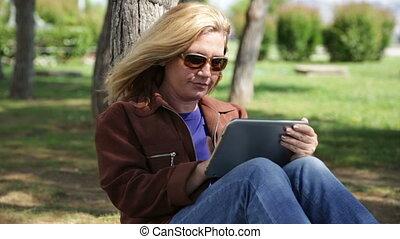utilisation, femme, parc, tablette, numérique