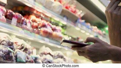 utilisation, femme, smartphone, supermarché