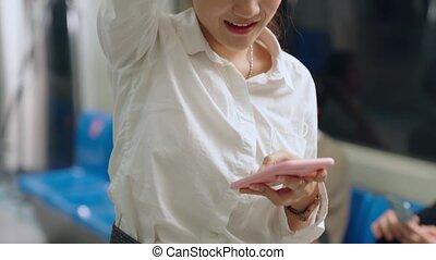 utilisation, femme, téléphone portable, public, train, jeune