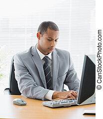 utilisation, homme affaires, bureau, concentré, informatique