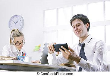 utilisation, homme affaires, intelligent, téléphone bureau