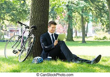 utilisation, homme affaires, parc, tablette, numérique