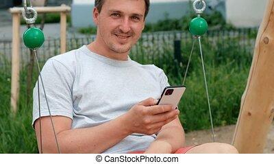 utilisation, homme, cour de récréation, jeune, smartphone