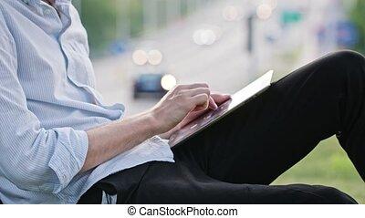 utilisation, homme, jeune, tablette, dehors