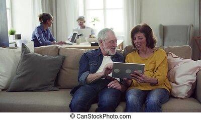 utilisation, maison quartier, couples aînés, club., tablette